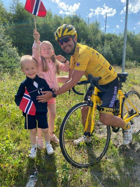 Det vanskeligste med å være på sykkeltur er å være borte fra familien. Derfor var det et rørende øyeblikk da Paul Inge plutselig fikk øyne på sine to barn i veikanten.