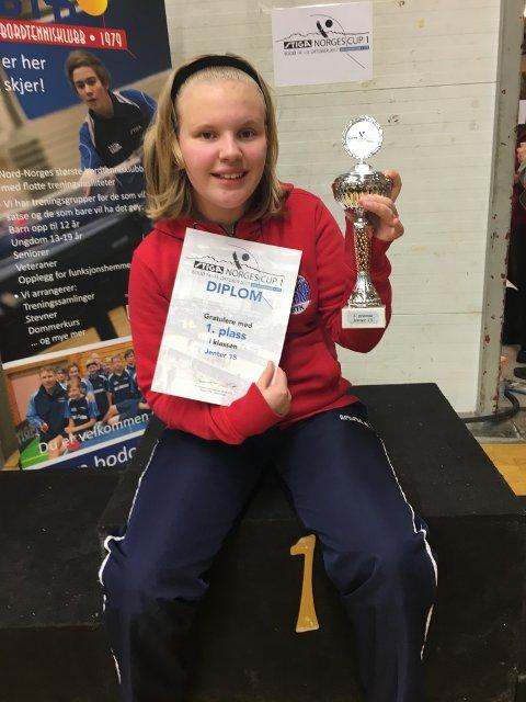 VANT NORGESCUPSTEVNE: Mathilde Neskvern med diplom og pokal som viser at hun vant norgescup-stevnet i Bodø i helga.