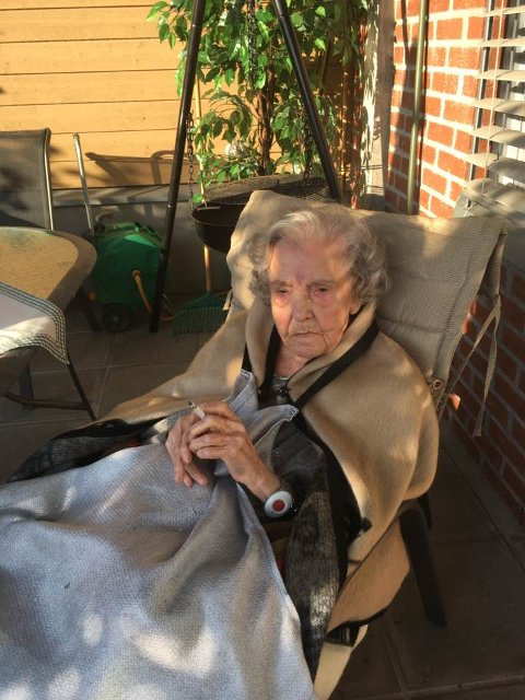GLEDE: Randi Fjeldstad har røkt i 70 år, og nå er hun avhengig av å bli pakket inn og trillet ut på røykehjørnet. Her er det kaldt, og 94-åringen har mistet noe av meningen med livet når hun ikke kan nyte sin sigarett uten å fryse.