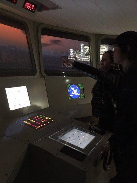 SJØFART PÅ SKOLE OG FRITID: – Her tester vi hvordan det er å navigere skip på National Maritime Museum, skriver Elise Dale.