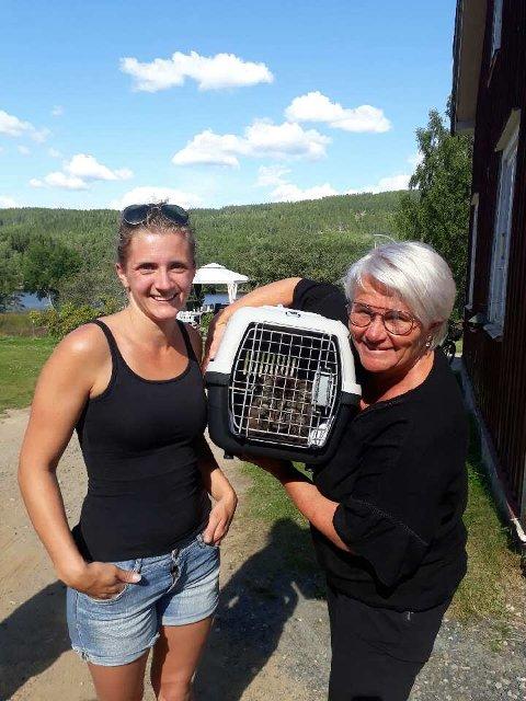 TRYGG: Kristina Olsen (t.v) i Torsby fant til slutt Tassen, til eier Bente Aasums store glede.