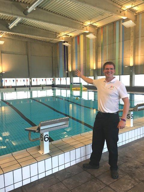 STOLT: Svømmehallsjef Teis Lund Gregersen synes det er stor stas endelig å kunne vise fram anlegget.