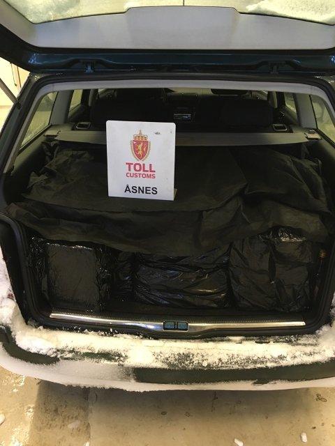 FALSKE: Skiltene på bilen var falske, og alle plasser var fullpakket av sprit, øl og sigaretter.