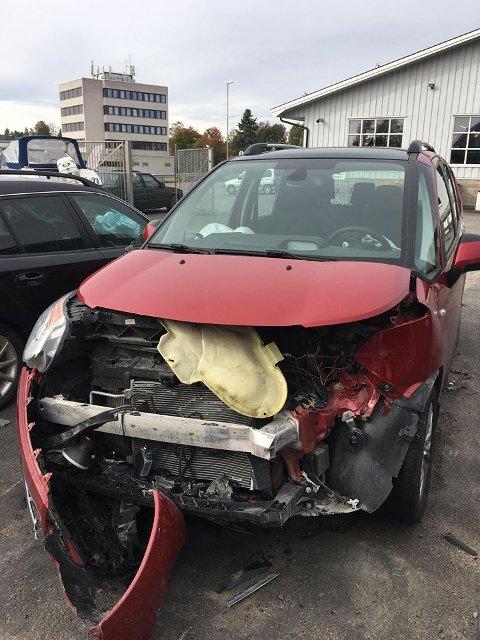 KRAFTIG SMELL: Slik så bilen til Ingunn Aastebøl ut etter ulykken søndag kveld. – Jeg reiste og sjekket bilen i dag og jeg ante ikke hvor ødelagt den var.