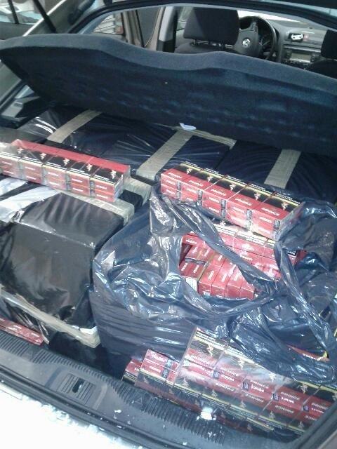 DÅRLIG GJEMT: 90.000 sigaretter og 20 kilo tobakk lå pakket i svarte plastsekker i bagasjerommet på bilen.