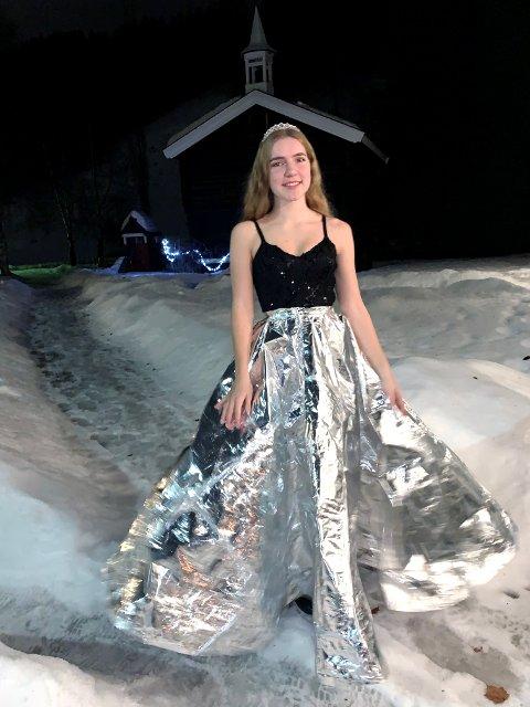 Ida Sofie Johnsen Kleven fra Ringebu ville vise at det er mulig å lage ballkjole av noe du har hjemme.