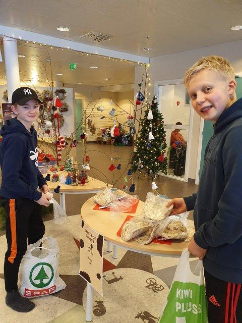 JULEBAKST: Kristoffer Ødegård og til venstre Henrik Dammen Akre gjør i stand til årets julemesse.