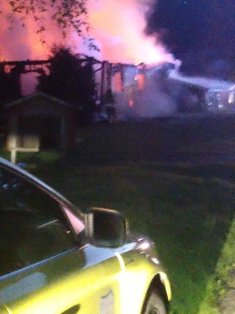 Brann: Her brenner det i huset i Knapper i Nord-Odal.