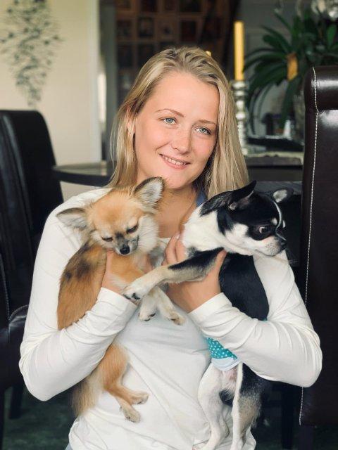 PÅ TV: Miriam Sandvik (22) fra Kongsvinger er én av frierne til André Johansen (22) i årets Jakten på kjærligheten. Her sammen med sine to chihuahuaer Pippi og Ailo.