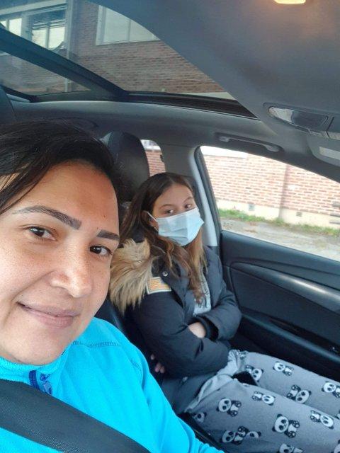 PÅ VEI: Rafaela og Nora Henriksson i bilkø. Datter måtte testet, som en elev på Glommasvingen skole.