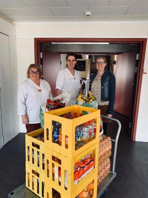 PÅSKEKOS: Tove Haugen (til høyre) fra håndballgruppa i Grue IL, var på Grue Helsetun med litt ekstra påskegodt mandag formiddag. Annika J. Tørmoen (til venstre) og Lene Willoch er glade både på de ansatte og beboernes vegne for gaven.