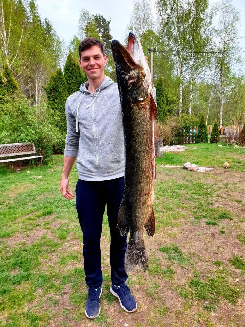 Bjørn Henrik Normann fikk fanget litt av et beist da han med hendene løftet denne gjedda på 9,5 kilo opp i båten etter gjellene.