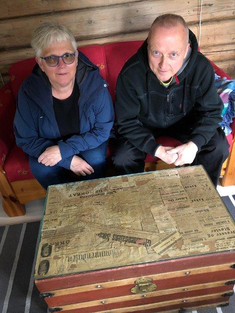 AVISBORD: Anne Marie Kordahl og Jan O. Øvergård er fornøyd med utstillingen som Monica Antonsen har laget av gamle aviser. Avisene ble brukt som isolasjon i seterhuset, og er fra tidlig 1900-tall.