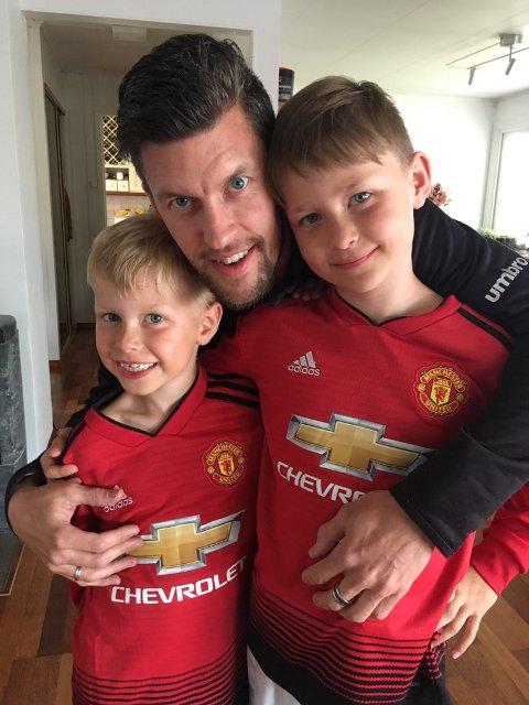 GLADE GUTTER: David Molnberg trener 2011- og 2013-kullet for Kongsvinger IL Fotball, og sønnene hans er også ivrige fotballspillere. Nå gleder de seg til kamphøsten begynner igjen fra 1. august.
