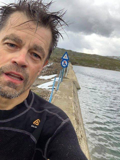 FALT: PÅ den smale demningsmuren ved Amundvatnet på Kvaløya stupte Pål Jakobsen ut i med sykkelen. Han forsøkte å klore seg opp den glatte muren, men sier til Nordlys at han var sjanseløs.