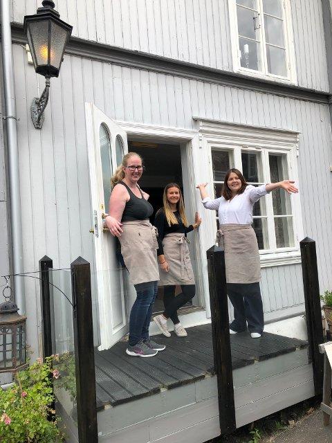 UTVIDES: Baker Lise Cathrine Søndberg Branderud, ansatt Kaja Bråthen og eier Mari Søbye Østlid rett før det nye Bakeriet i Øvrebyen åpnet. Bakeriet er blitt så populært at kapasiteten utvides og en ny baker skal ansettes.