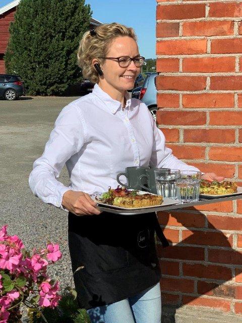 Kjøkken- og serveringsansvarlig Linda Skarstad i fint driv sommeren 2020.