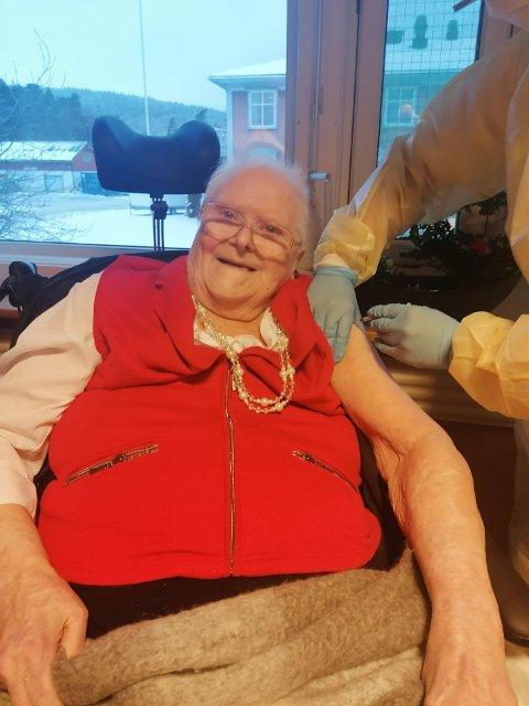 FORNØYD: Lilly Rudseter var først ute med å ta vaksine på SOAS. Det var en lettelse for 88-åringen, og et steg mot en bedre hverdag.