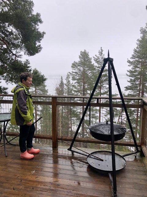 Drømmehytta: Turid Wenche Åsum har oppfylt drømmen om egen tretopphytte. Det startet med et besøk i en tretopphytte i Brumunddal i 2011. Nå har hun tegnet og fått laget sin egen som hun leier ut, med utsikt over Storsjøen.