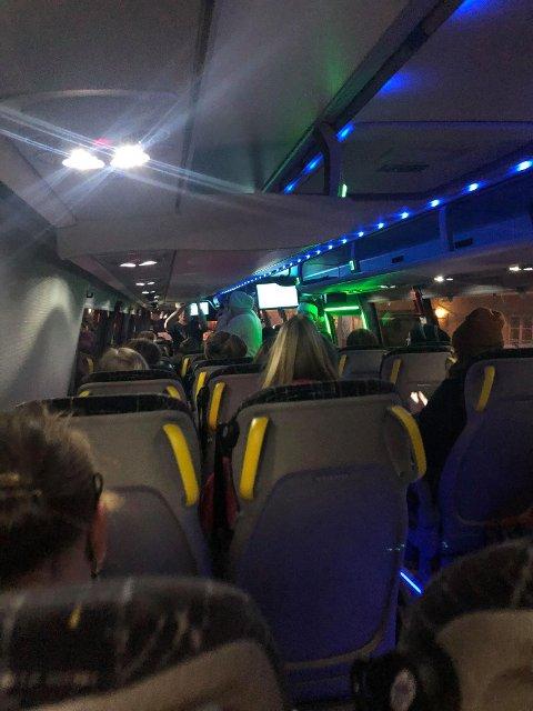 TRANGT: Elever og foreldre reagerer på at det er så mye folk på skolebussene, og frykter at dette kan være med og spre korona-smitten.
