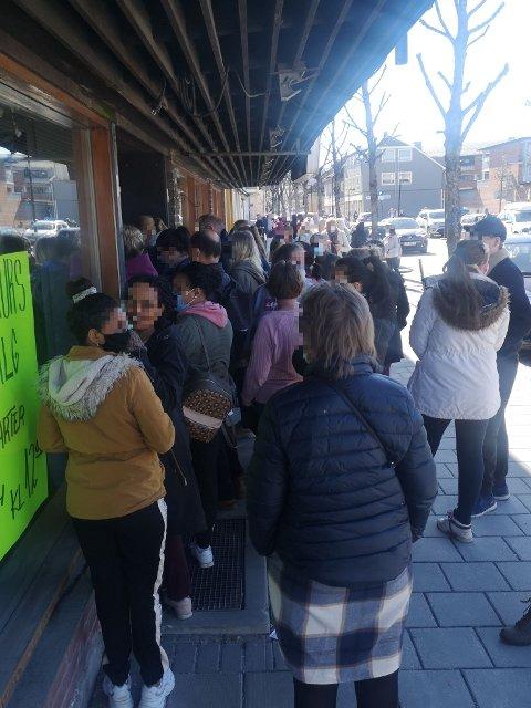 STO TETT: Det dannet seg en klynge foran inngangsdøra da konkurssalget på Pop Corner åpnet.
