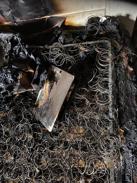 IKKE LAD I SENGA: Brannvesenet anslår at brannen startet i ladeledningen til denne ipaden.