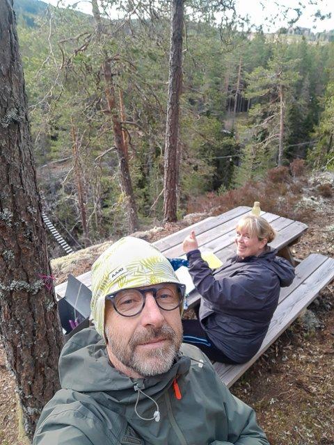 SKOGSTUR: Stig Jarle Fjeld har tatt en selfie med samboeren Nina Holth i bakgrunnen, ikke langt unna der de traff på bjørnen under en kveldstur.