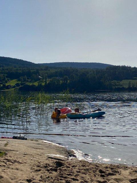 Nå er det bare å hoppe i vannet og nyte dagen. Fra flere av våre sjøer meldes det om temperaturer godt over 20-tallet.