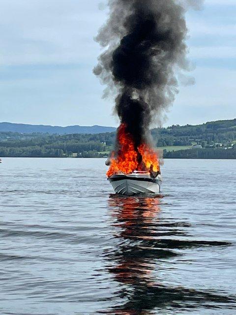 BÅTBRANN: To personer var om bord i båten. De hoppet i Mjøsa og er berget opp i båt.