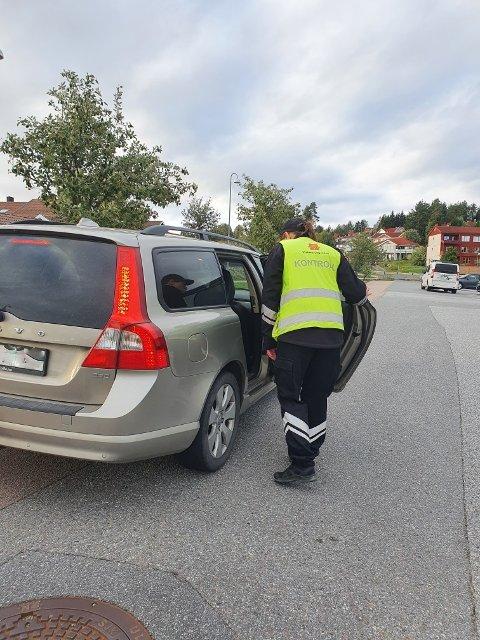KONTROLL: Den siste uka har Statens vegvesen kontrollert 1.140 bilister i forbindelse med skolestart. Her er en av dem som ble kontrollert i Nes fredag.