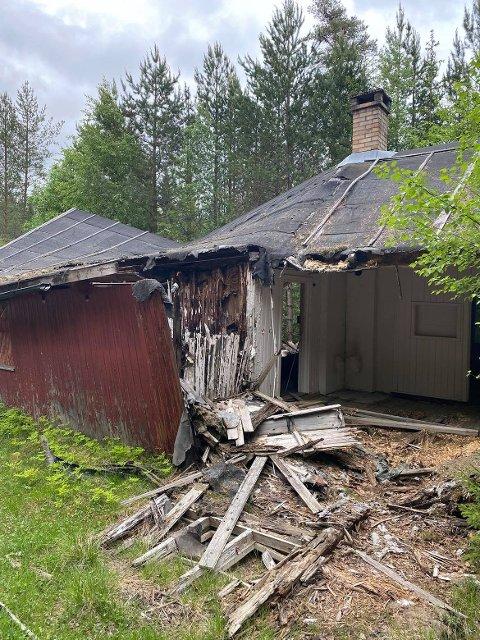 KNELER: Det gamle arbeiderlokalet på Geitryggen i Frysjøberget raser sammen, og nå forsvinner en bit av den gamle historien.