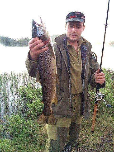 Tung og lang: Ørret som Tore Slåsletten fikk på markkroken i Gullhaugtjønnet. Den veide 2.060 gram og målte 66 centimeter. Foto: Rune Slåsletten
