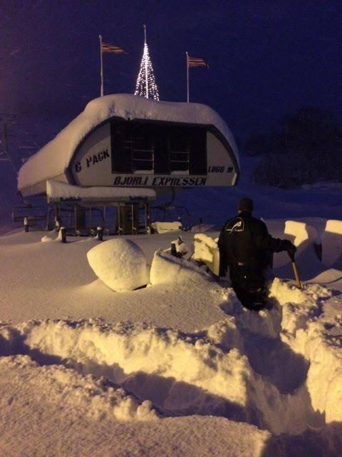 NEDSNØDD: Slik så det ut på Bjorli skisenter lørdag morgen. Preppemannskapene har kjørt i flere timer for å preppe skiløypene etter det store snøfallet natt til lørdag.