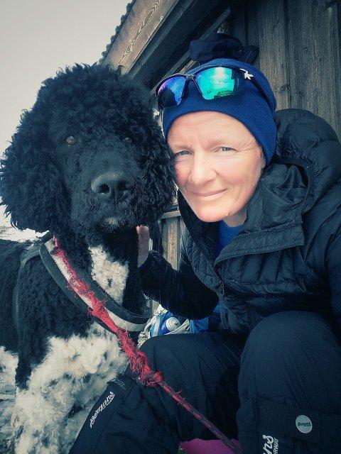 GODE TURKAMERATER: Liv Klara Enstad med hunden Mr. Darcy.Foto: Privat