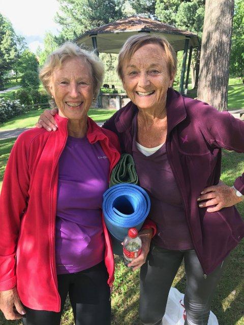 SPREKE: Gro Arneberg (78) og Inger Børresen (82) var de eldste - og sprekeste - deltakerne på yogatreningen.