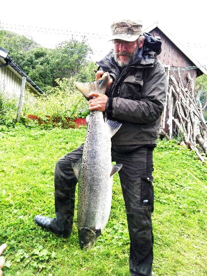 SOMMERENS STØRSTE: Einar Ekren fra Dombås med laksen på 12,7 kilo. Det er sommerens største – hittil. Foto: Privat