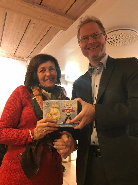Stortingsrepresentant Tor Andre Johnsen fra Hedmark ønsket Lillehammer Frp lykke til med valgkampen og overleverte lakrispiper til ordførerkandidat Astrid Gaassand.