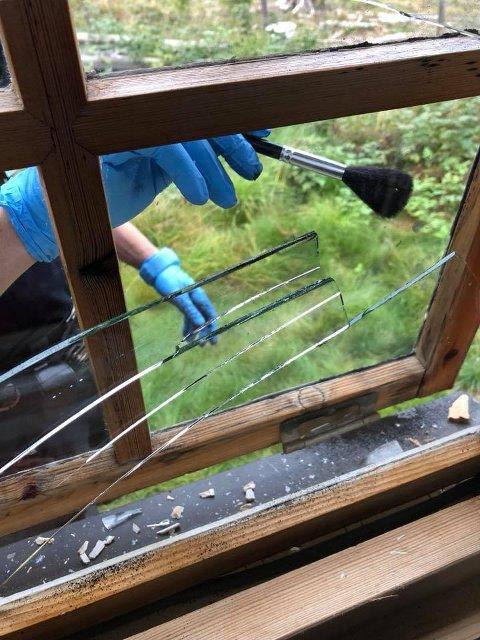Politiet har vært ute og gjort åstedsundersøkelser etter grove innbrudd i hytter på Sjusjøen.