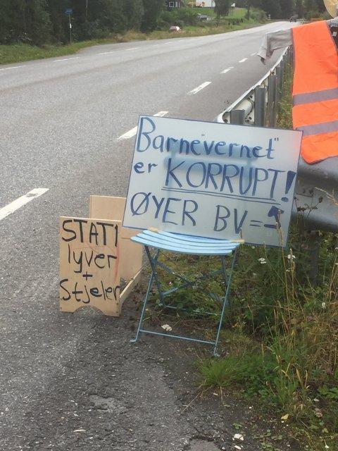 Denne plakaten sto langs vegen i Øyer i over ei uke i slutten av august.