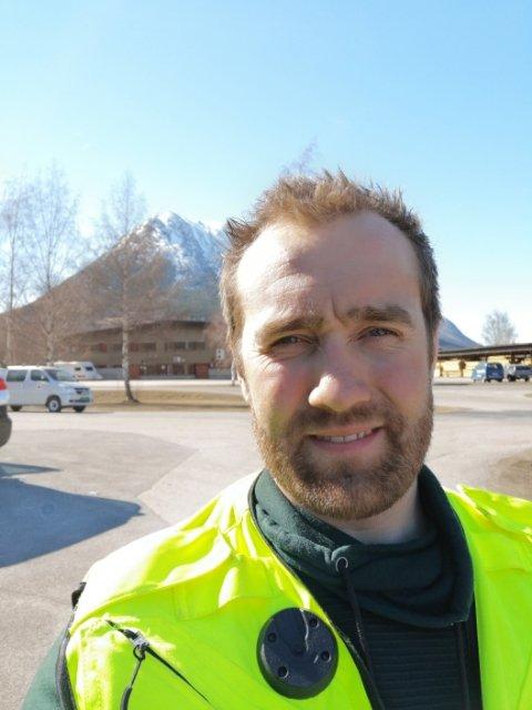 Tåsten Nordal leder Lom og Bøverdalen Røde Kors Hjelpekorps og er i påsken operasjonsleder ved Fjellredningssentralen i Lom.