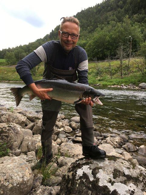 Eirik Torbjørnsen med laks på 6.6 kg, tatt på valdet «Liens» i øvre del av Orkla, søndag 21. juli.