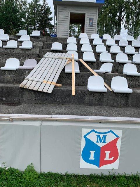 HÆRVERK:Noen har bedrevet rampestreker i Idrettsparken i løpet av helga og påført billettbua skader.