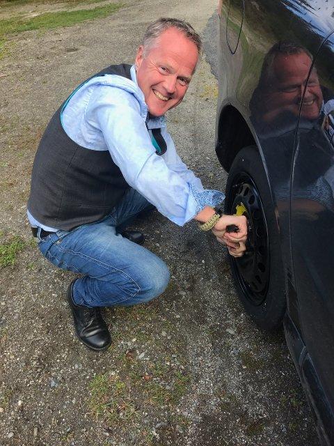 Det første oppdraget til nyansatt rådmann Rune Fromreide Sommer (53) i Sør-Fron, ble å skifte hjul på ordførerens punkterte bil. Innsatsen ble dokumentert i sosiale medier.