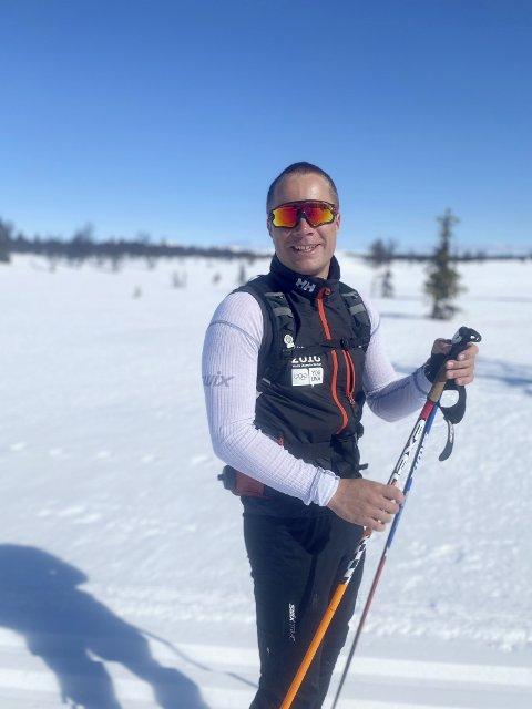 Oliver Bræin Furuli på veg fra Venabygdsfjellet til Sjusjøen og Lillehammer langfredag, 10. april 2020. Etter 500 meter brakk den ene staven, men turen ble reddet.