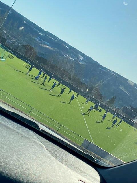 For mange spillere var samlet ved midtstreken under søndagens trening i Lillehammer Kvinnefotballklubb (LKFK) på Stampesletta.