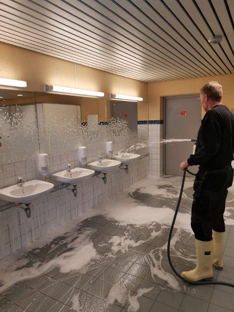 Garderober, treningsrom og toaletter er de godt igang med å vaske i Håkons hall. Olympiaparken tar sikte på å vaske hver krik og krok i hallen, som tilsvarer 23.000 kvadratmeter.