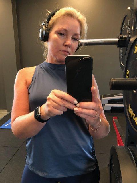 FORBUDT: Da Lisbeth Øvstetun trente i denne toppen, fikk hun beskjed om at det var ulovlig å gå kledd slik på treningssenteret.