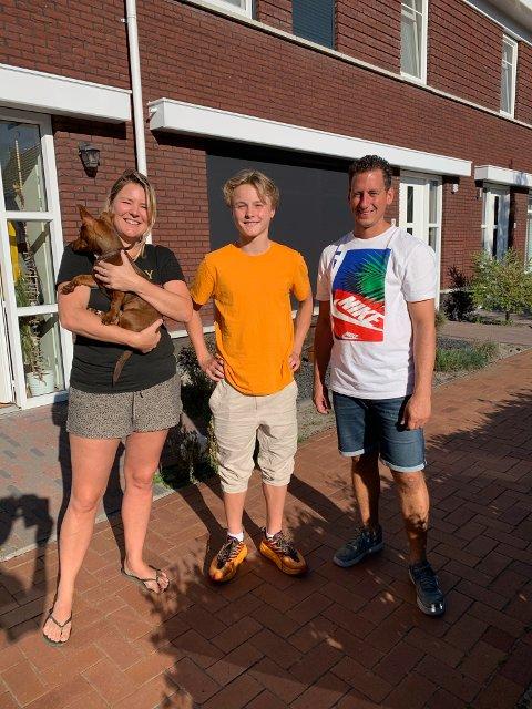 Rasmus Opdal Christiansen sammen med foreldrene i vertsfamilien Marie og Bert.