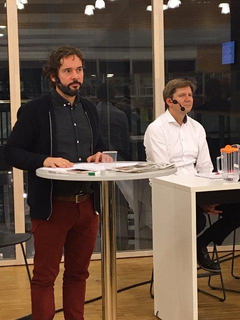 Sigmund Hagen (til venstre) ledet debatten. Christian Hedløv Engh, direktør for Innovasjon Norge Innlandet, til høyre i bildet.
