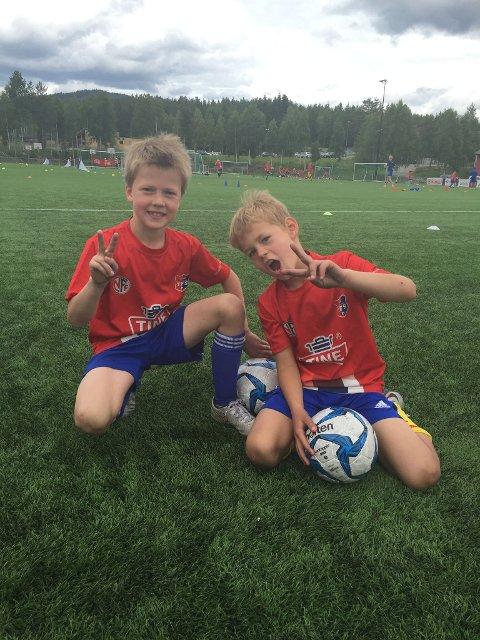 MORO: Semming Kristiansen og Johan Gabriel Nordgård trivdes på fotballskolen.